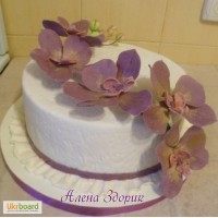 Свадебный торт с веточкой сиреневых орхидей