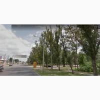 Участок на красной линии с активным трафиком автомобилей