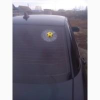 Мячик в окне авто жёлтый футбольный наклейка прикол