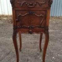Антикварная мебель: тумбочка в стиле Рококо