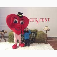 Ростовая кукла Сердце может стоять у входа в магазин и приглашать прохожих посетить