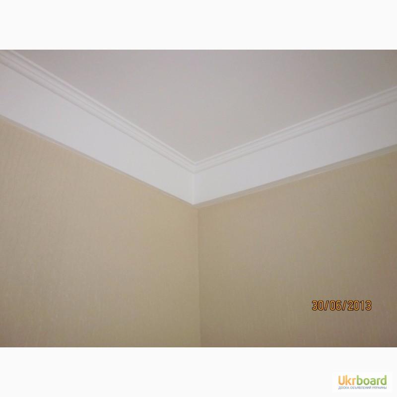 Фото рем багетами потолка и обоями