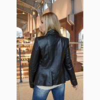 Черная короткая кожаная куртка с воротником-стойкой
