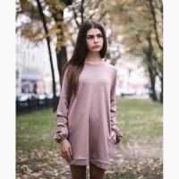 Женское платье пудрового цвета с оригинальными рукавами