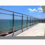 Ограждения на балкон из стекла и нержавеющих комплектующих
