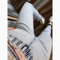 Светлые джинсы с замочками внизу, на резинке skinny
