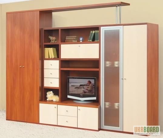Стенка для гостиной/спальни (см. фото) представлена в современном стиле (с подсветкой), который позволяет создать