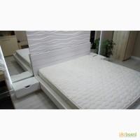 Современная двуспальная кровать с прикроватными тумбочками и подъемным механизмом