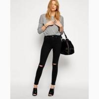 Красивые черные джинсы с высокой талией и дырками на коленках