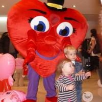 Ростовая кукла Сердце может стоять у входа в магазин
