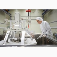Рабочий на фабрике LG Chem в Польше