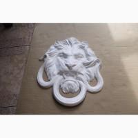 Барельеф - голова «Лев разрывающий змею»