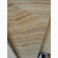 Оникс - это природный камень с плотными, способными пропускать свет зернами