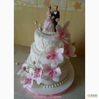 Свадебный торт с белыми орхидеями фаленопсис, узорами и статуэткой жениха и невесты