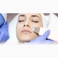 Косметолог делает механическую и ультразвуковую чистку лица, а так же плазменое омоложение
