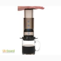 Вкусный кофе в кофеварке аэропресс
