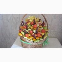 Эксклюзивная корзинка из фруктов и конфет с элементами карвинга