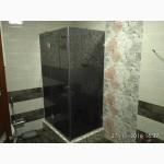 Угловая душевая кабина из цветного тонированного стекла графит . Полупрозрачные темно-серые стеклянные душевые стенки с рисунком.
